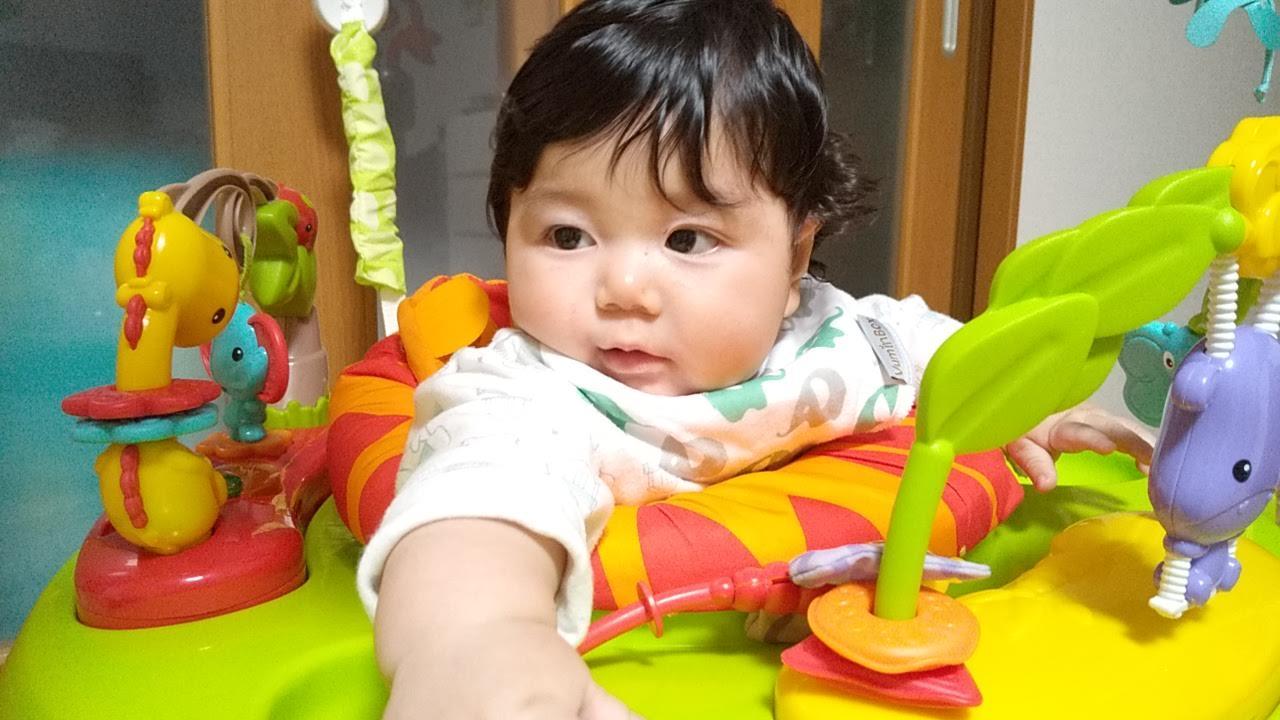 ジャンパルーに乗る赤ちゃん