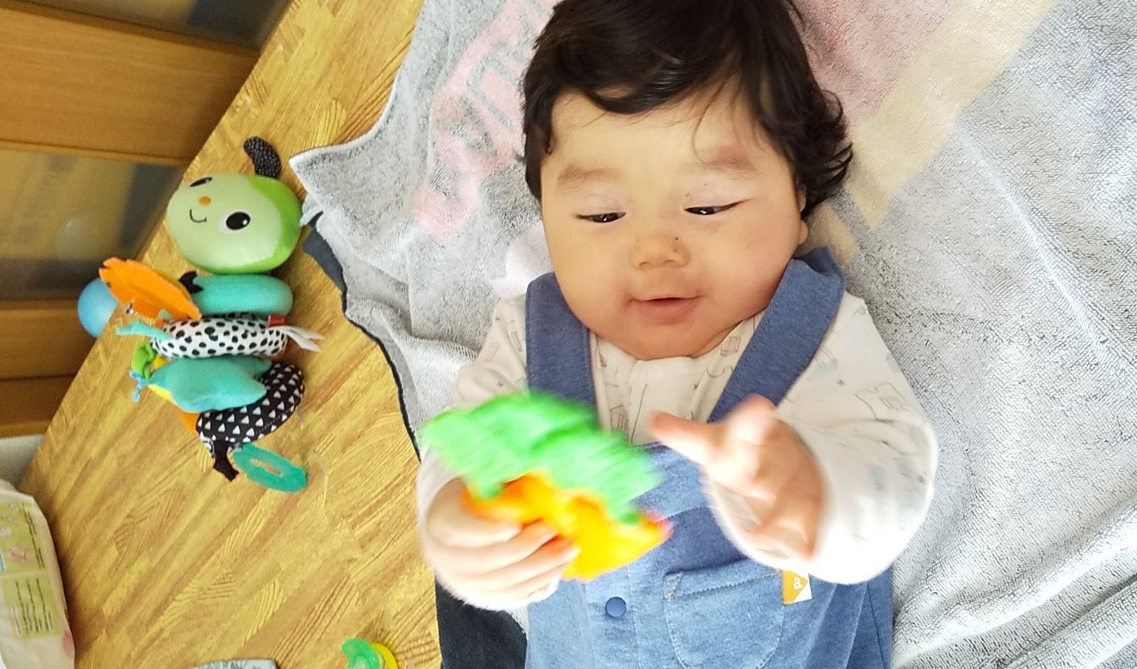おもちゃを持ち替える赤ちゃん